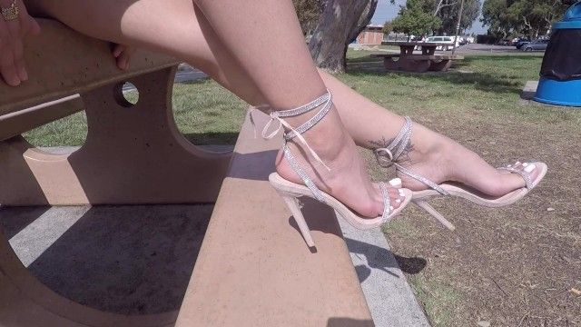 Gorgeous barefoot lalin girl tries on some hawt heels